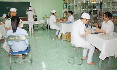 sinh viên ngành điều dưỡng trong giờ thực tập