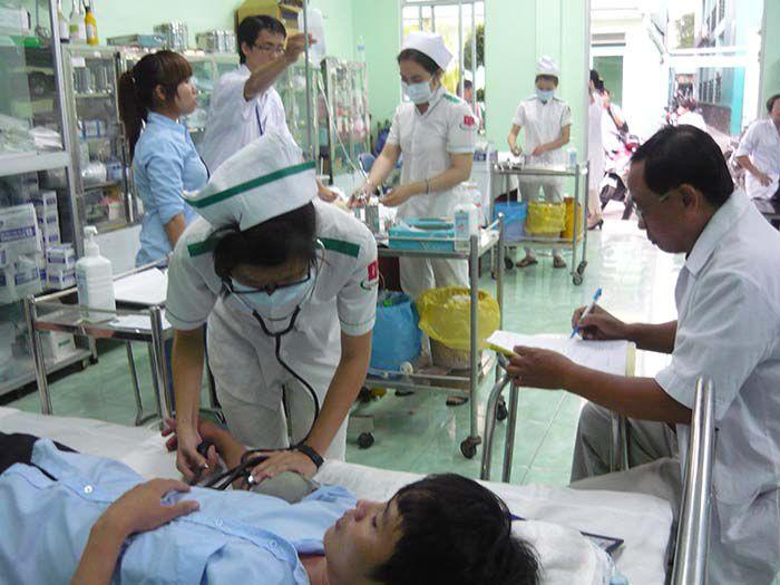 học sinh bậc TCCN ngành Điều dưỡng trong giờ thực tập