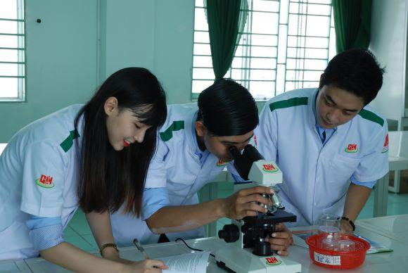Giờ học thực hành của sinh viên ngành Dược