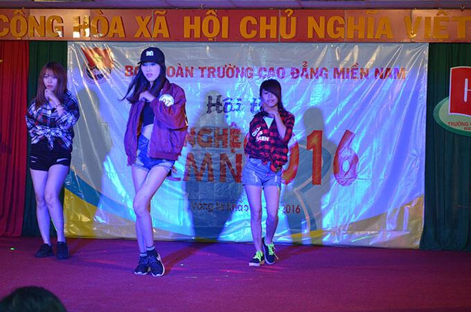 Tiết mục: Hồ chây Huệ Giang - Sinh viên Cao đẳng Dược