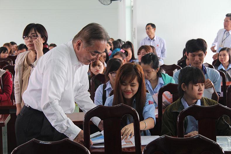sinh viên ngành Điều dưỡng chăm chú theo dõi thông tin