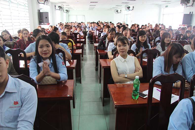 Đông đảo sinh viên tham gia ứng tuyển tại ngày hội việc làm tại trường Cao đẳng Miền Nam