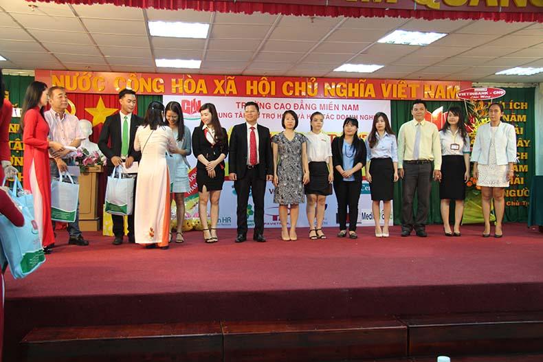 Nhiều doanh nghiệp tuyển dụng tham gia ngày hội việc làm tại trường Cao đẳng Miền Nam