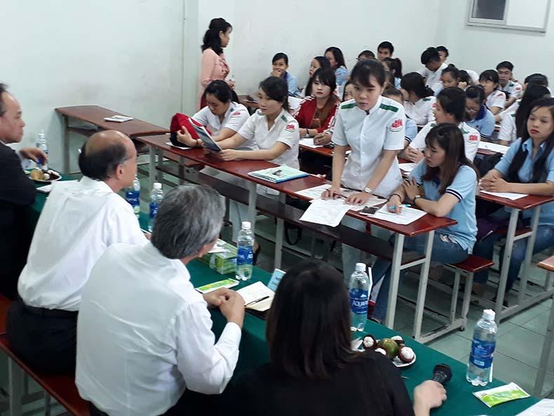 sinh viên ngành điều dưỡng giao lưu cùng tập đoàn TSUKUI Nhật Bản