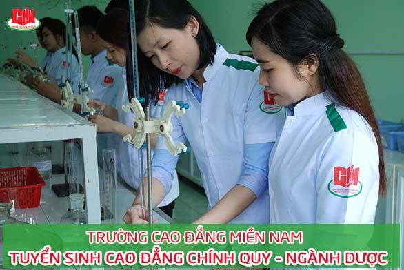 sinh viên ngành Dược trong giờ thực tập