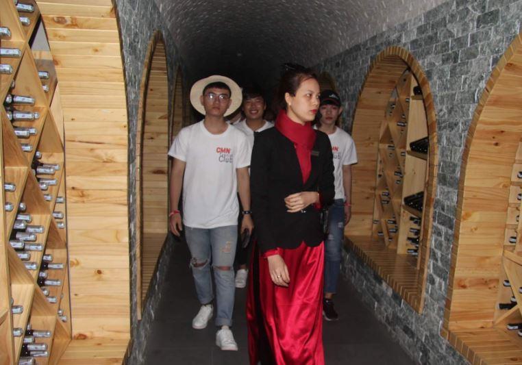 Sinh viên CMN tham quan lâu đài rượu vang