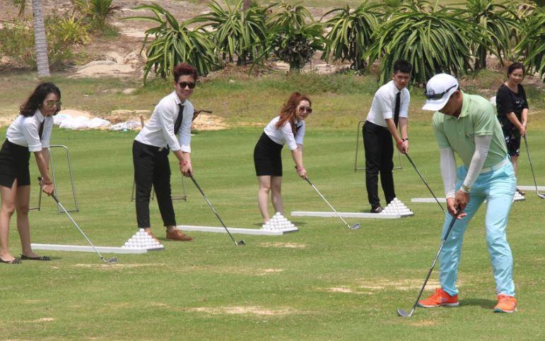 sinh viên CMN trải nghiệm đánh golf