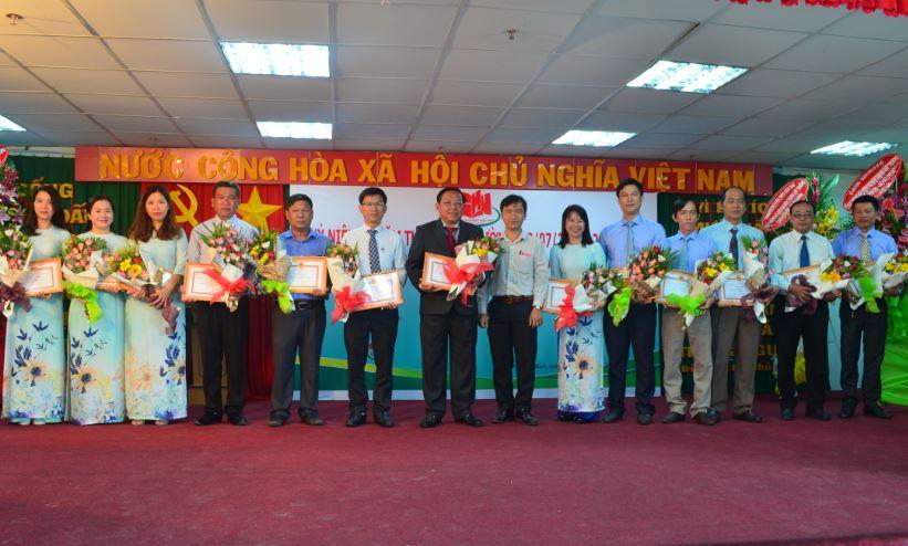 đại diện sở LĐTB&XH trao bằng khen