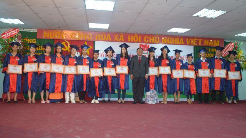 trao bằng khen cho sinh viên tốt nghiệp Giỏi