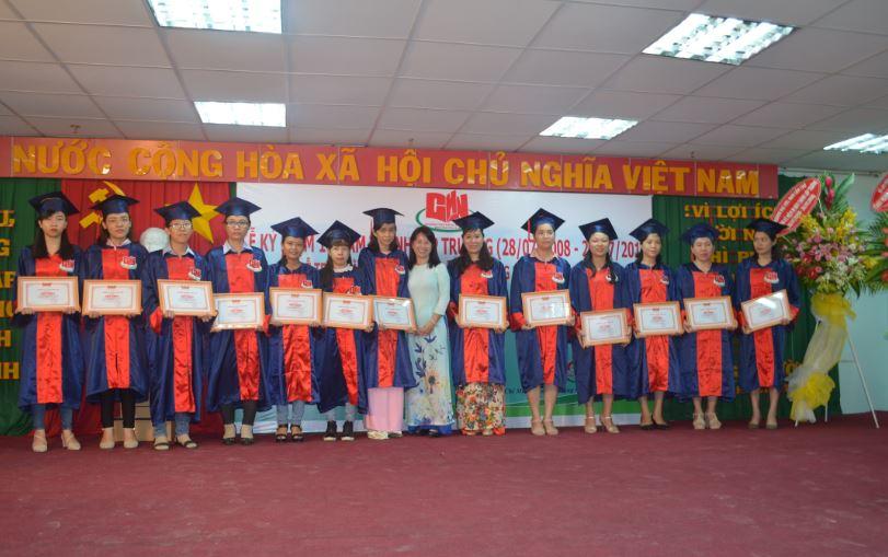 trao bằng khen tại lễ tốt nghiệp 2018