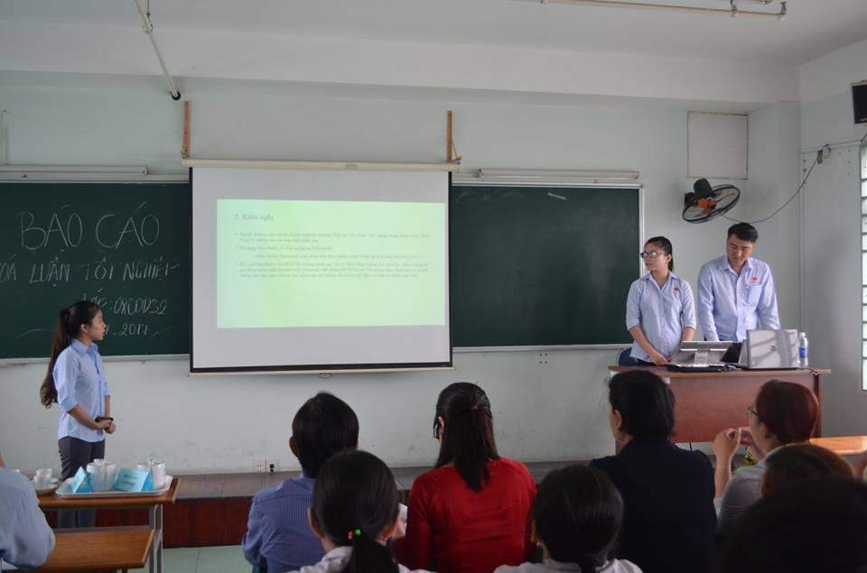 sinh viên Cao đẳng dược trong buổi bảo vệ khoá luận tốt nghiệp