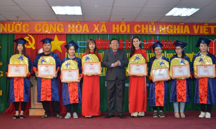 trao phần thưởng trong lễ tốt nghiệp