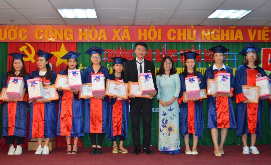 trao bằng khen cho sinh viên tốt nghiệp loại giỏi