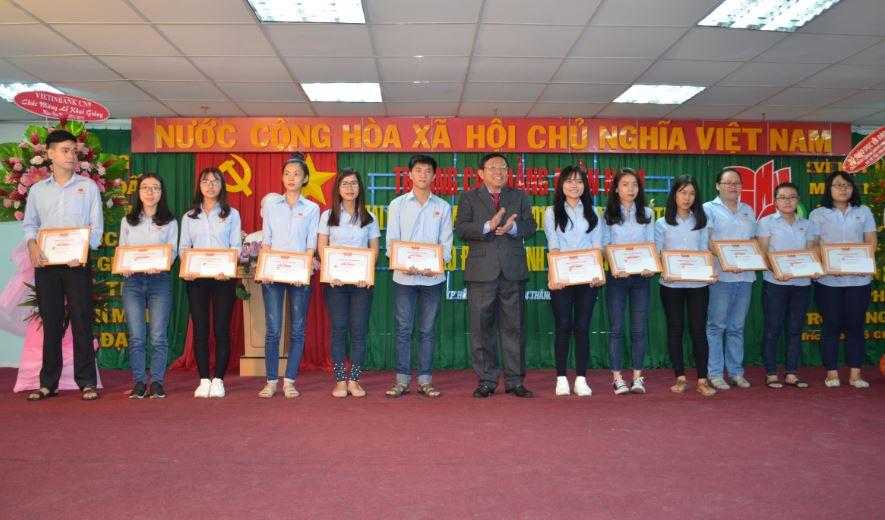 sinh viên có điểm trung bình năm học đạt loại giỏi được khen thưởng