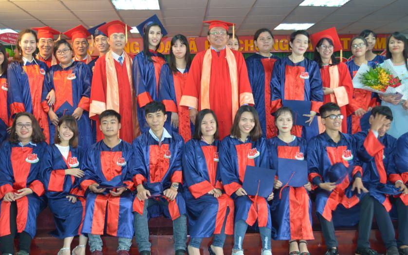 niềm vui của tân cử nhân trong ngày lễ tốt nghiệp