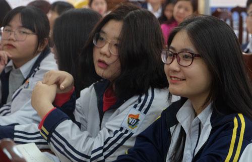 học sinh chăm chú nghe tư vấn