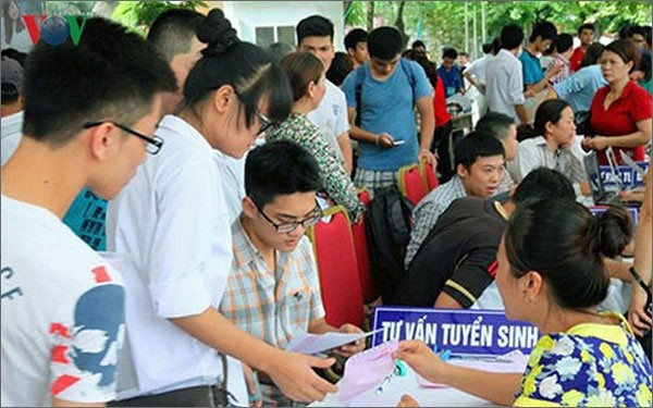 Thí sinh tham gia Ngày hội tư vấn tuyển sinh trước khi đăng ký xét tuyển vào các trường ĐH.