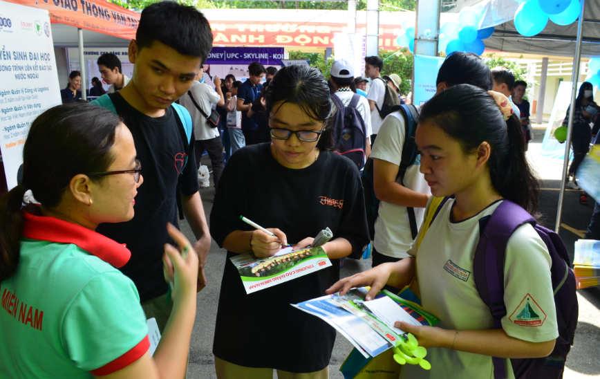 học sinh chăm chú nghe thông tin tuyển sinh