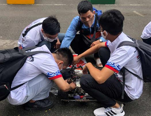 kiểm tra minicar trước khi vào cuộc thi